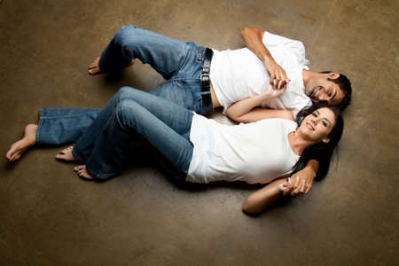 Sexy junge glücklich lässig paar entspannenden auf dem Boden