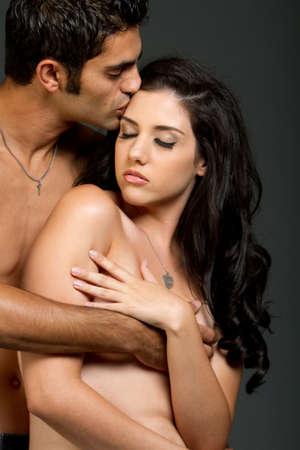 mujeres eroticas: Sexy joven pareja �tnica teniendo un momento rom�ntico  Foto de archivo