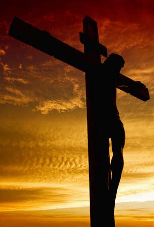 Kreuzigung von Jesus während des Sonnenuntergangs Standard-Bild - 7431903