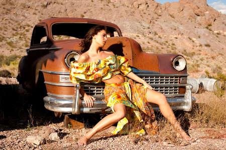 voiture ancienne: Belle femme sexy sur la vieille voiture  Banque d'images
