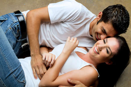 romantico: Joven pareja compartir un momento rom�ntico  Foto de archivo