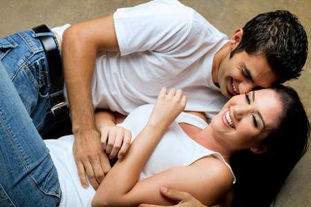 Junges Paar, die gemeinsame Nutzung einen romantischen moment  Standard-Bild