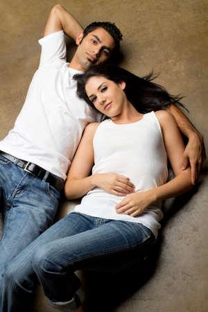 Junge ethnischen Paar in der Liebe  Standard-Bild