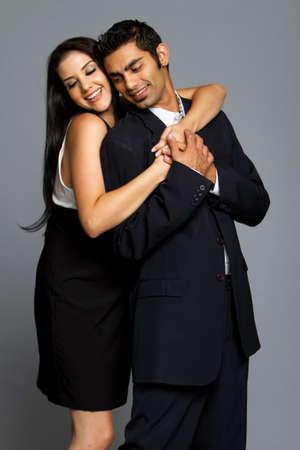 afecto: Sexy joven pareja rom�ntica en traje