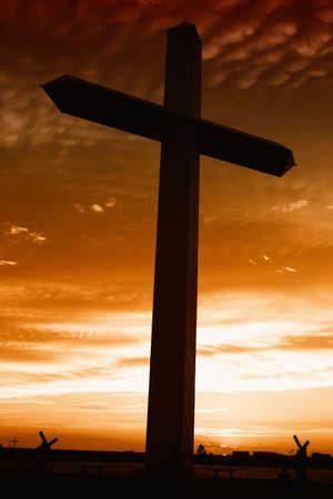 Heilig kruis bij de zonsondergang