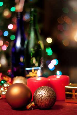 Kerst decor met ornamenten en kaarsen Stockfoto