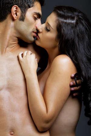 Sexy young Etnic Mädchen und Mann küssen einander