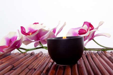 Spa-Kerze und bunten Blumen für Aromatherapie-meditation Standard-Bild - 9002799