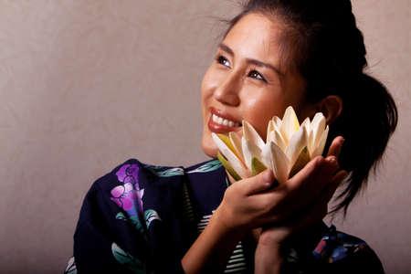Wunderschöne japanische Frau tragen Kimonos robe Standard-Bild - 9002692