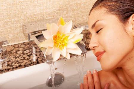 Schöne japanische Frau im Badezimmer mit Handtüchern Standard-Bild - 9002811