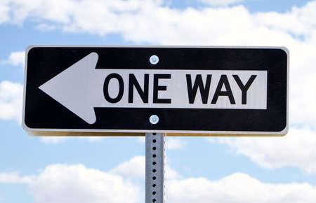 Panneau de signalisation routière aller contre les nuages Banque d'images - 9002810