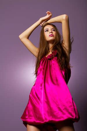 Schöne, junge Frau trägt Mode Kleid Standard-Bild - 9002814