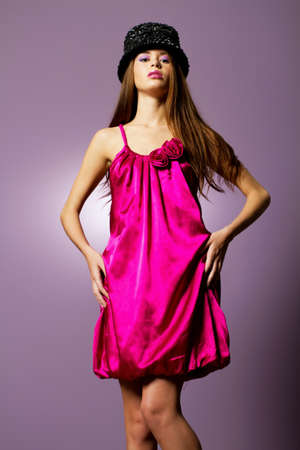 Schöne, junge Frau trägt Mode Kleid Standard-Bild - 9002841