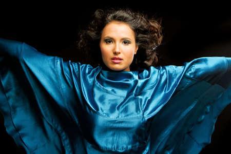 Schöne schatten schattenwurf Frau in Blue satin Standard-Bild - 9002994