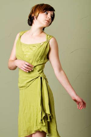 Schöne, junge Frau mit kurzen Haaren tragen Kleidung Standard-Bild - 9002802