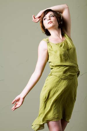 Schöne, junge Frau mit kurzen Haaren tragen Kleidung Standard-Bild - 9002829