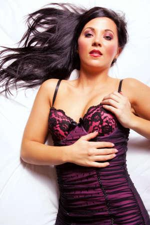 Dunkle Haare Frau auf dem Bett Standard-Bild - 9002979