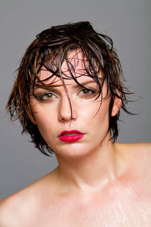 Wunderschöne junge Frau mit kurzen Haaren Beautyshot Standard-Bild - 9002977