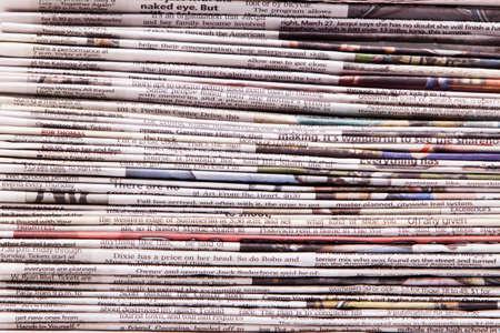 Gestapelt Zeitungen Hintergrund im Studio shot Standard-Bild - 9003044