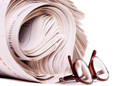 Gerollte Zeitungen und Lesebrille auf weißem Hintergrund Standard-Bild - 9002782