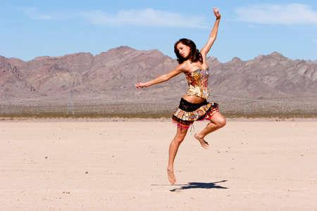 Sexy Frau in Korsett ausgeführt in der Wüste Standard-Bild - 9002632