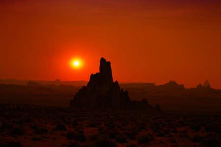 Rock-Formation Silhouetten während des Sonnenuntergangs in Monument Valley AZ USA Standard-Bild - 9002710