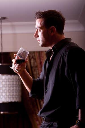 Schöner Mann Rotwein trinken Standard-Bild - 9002831