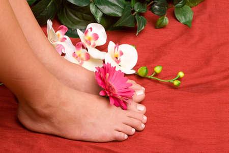 Einem Frau Füße mit Blumen Standard-Bild - 9002998