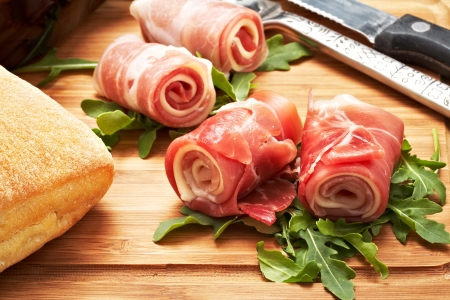 jamon y queso: jam�n crudo italiano rod� con queso y mozzarella.