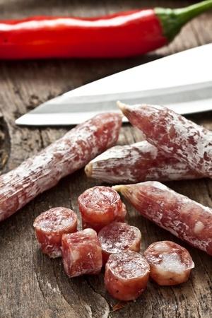 charcutería: algunos picado Salame poco sobre madera