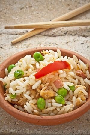 pancetta cubetti: Cantone cinese riso servito su una tazza bianca
