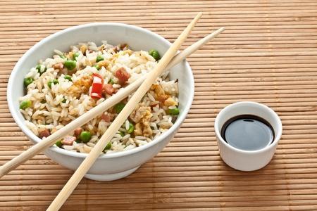 pancetta cubetti: Cantone cinese di riso servito su una tazza bianca