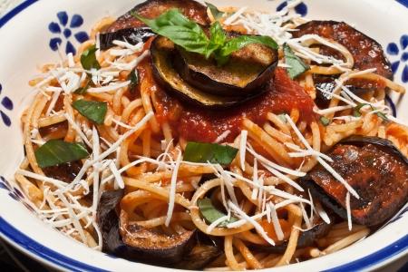 nutriments: Pasta italiana Norma con tomate, queso y berenjenas Foto de archivo