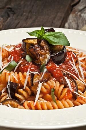 tomate de arbol: Pasta italiana Norma con tomate, queso y berenjenas Foto de archivo