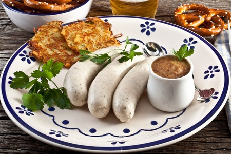 weisswurst with sweet bavarian mustard and pretzels Stockfoto