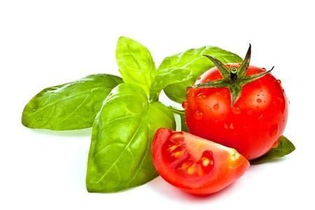 tomates: tomates de Pachino et basilic sur fond blanc Banque d'images
