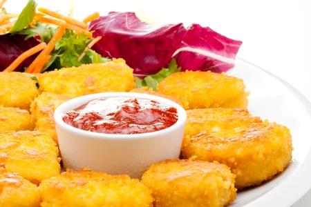 nuggets pollo: Nuggets de pollo con salsa de tomate