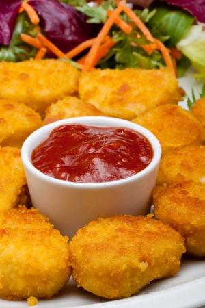 nuggets de poulet: nuggets de poulet avec du ketchup aux tomates