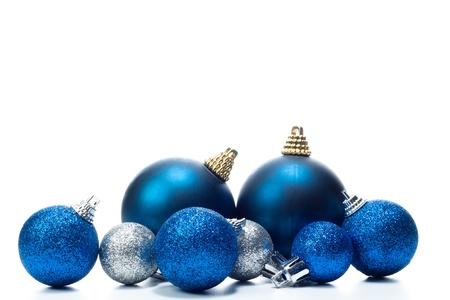 adornos navideños: algunas bolas de Navidad en un fondo blanco