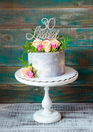 30th fnniversary cake with roses on a cake stand Stock Photo