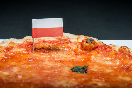 bandera de polonia: La pizza Margherita con la bandera de Polonia Foto de archivo