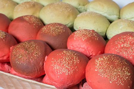 color in: S�ndwiches de color de vaus en una cesta Foto de archivo