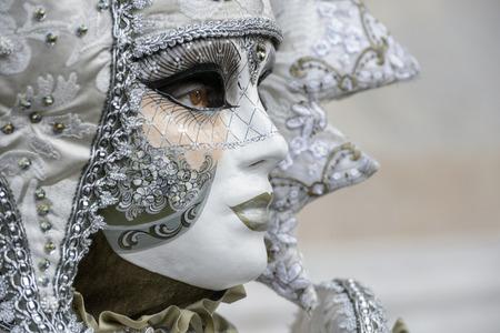 Profil der maskierten Frau