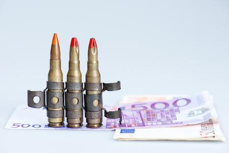 billets euro: petites balles gilet de fusil avec des billets en euros Banque d'images
