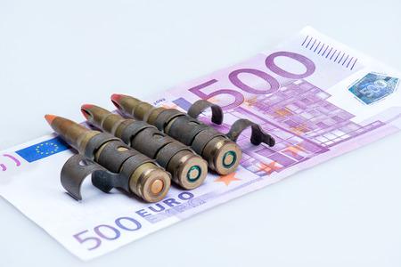 billets euros: petites balles gilet de fusil avec des billets en euros Banque d'images