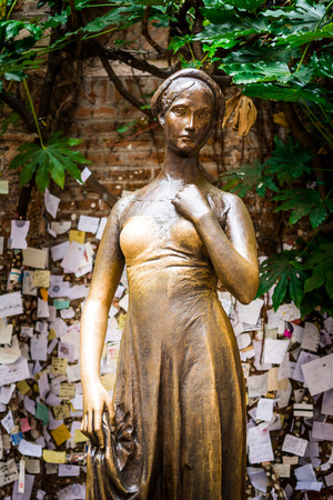 romeo and juliet: A bronze statue of Juliet in Verona is, in front of the Museum of Romeo and Juliet, Italy Stock Photo