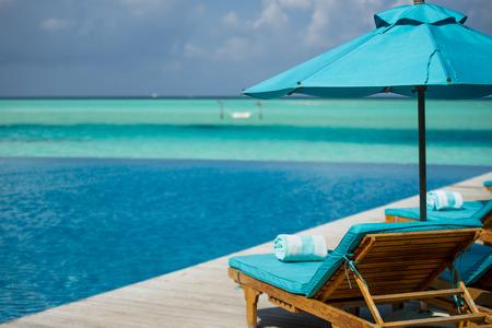 モルディブ リゾートの長椅子 写真素材