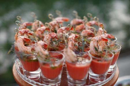 hams: Mesa al aire libre fourchette con aperitivos italianos y flores frescas