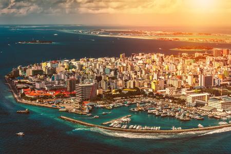 석양 위에서 몰디브 수도