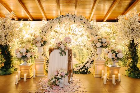 Closeup shot of the wedding decoration elements  at daylight Standard-Bild
